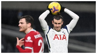 Bale se dispone a sacar de banda durante un partido con el Tottenham.