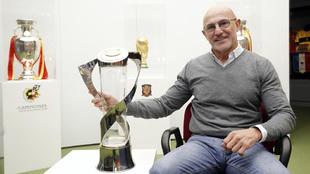 Luis de la Fuente posa para MARCA con la copa del último Europeo sub...