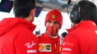 Sainz, junto a sus nuevos ingenieros en el test realizado la pasada...