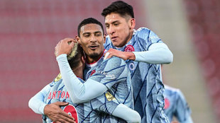 Sebastian Haller celebra un gol con el Ajax.