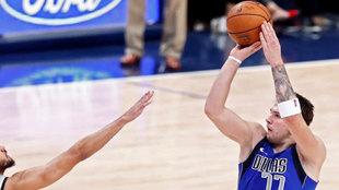 Luka Doncic tira de tres en un partido ante los Spurs