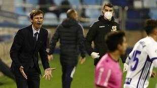 Ziganda gesticula durante el partido del Oviedo en La Romareda