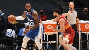 LeBron James, defendido por Jamal Murray.