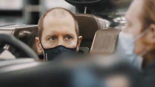 Sebatian Vettel, haciéndose el hasiento de su nuevo Aston Martin AM01