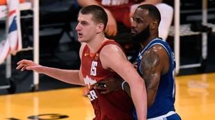 Nikola Jokic, defendido por LeBron James.