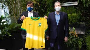 Lorenzo Perales, junto al presidente de la CBF, Rogerio Caboclo.