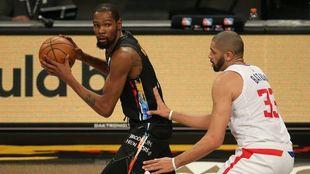 Kevin Durant no pudo terminar el partido ante Raptors.