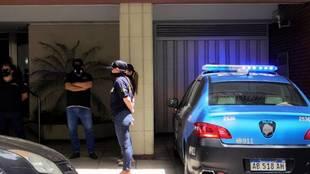 Cuatro policía, durante un operativo en el despacho de Agustina...