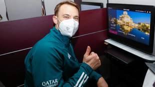 Neuer, en el avión antes del despegue.