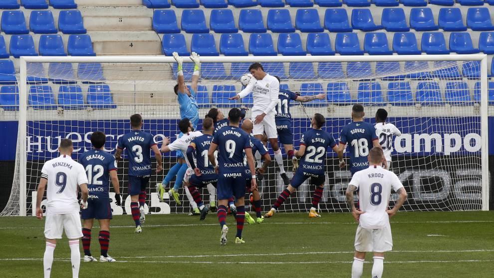 Varane cabecea a la red el empate del Real Madrid frente al Huesca.