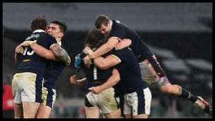 Los jugadores escoceses celebran la victoria