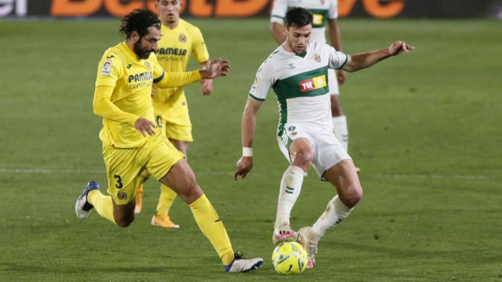Lucas Boyé aguanta la pelota ante la presión de Albiol.