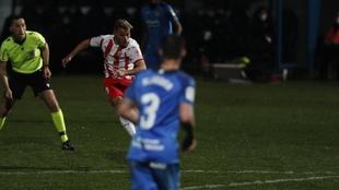 Fran Villalba, en el momento de disparar para empatar el partido en...