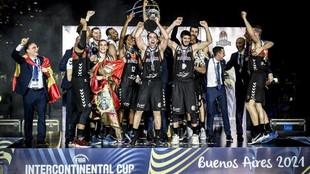 Los jugadores del San Pablo Burgos, eufóricos con el trofeo de...