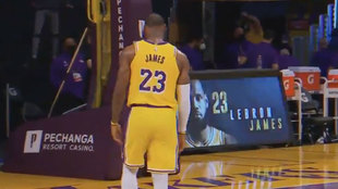 LeBron James tras anotar el triple que selló la victoria de los...