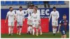 Los jugadores del Madrid celeran el gol de Varane que les dio el...