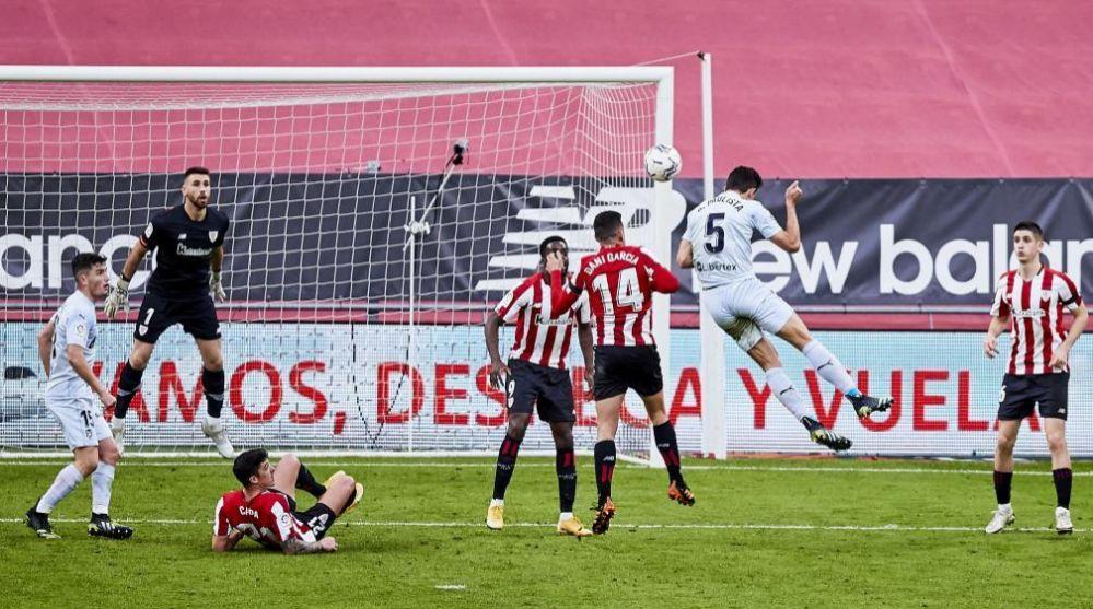 Gabriel Paulista cabecea para lograr el gol del empate del Valencia