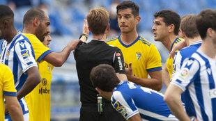 Los jugadores del Cádiz protestan al coleagiado.