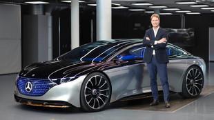 Ola Källenius, con el prototipo del Mercedes EQS.