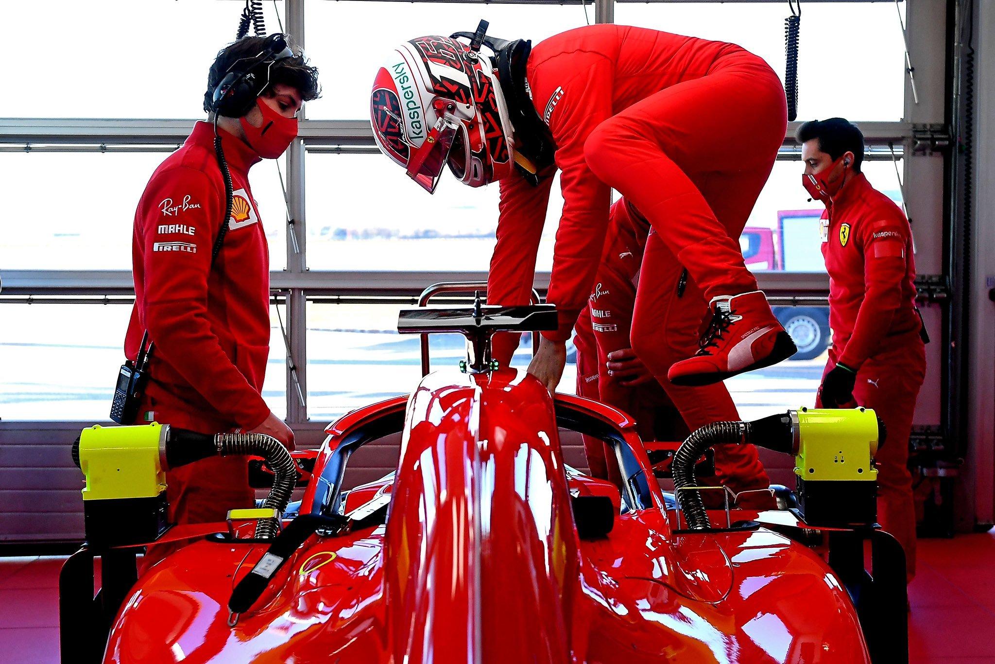 Leclerc se sube al coche.