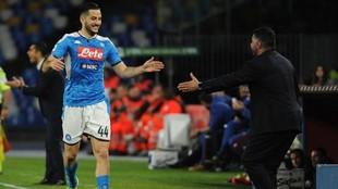 Kostas Manolas choca la mano con Gattuso al ser sustituido.