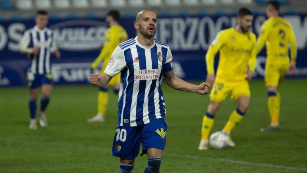 Yuri celebra uno de sus dos goles al Alcorcón en El Toralín