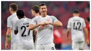 Robert Lewandowski celebra uno de sus dos goles a Al-Ahly.