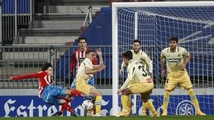 Hugo Rama intenta sorprender a Diego López entre varios defensores...