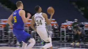 Antetokounmpo, de los Milwaukee Bucks, se dispone a machacar en...