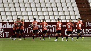 Los jugadores del Mallorca celebran el gol del triunfo en el Carlos...