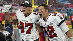 Rob Gronkowsk y el quarterback Tom Brady celebran.