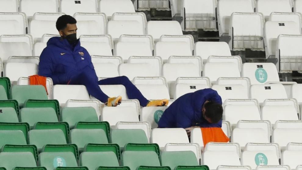 Algunos jugadores del Barça, en el banquillo del Villamarín.