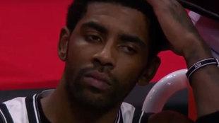 Kyrie Irving en el banquillo de los Brooklyn Nets durante la derrota...