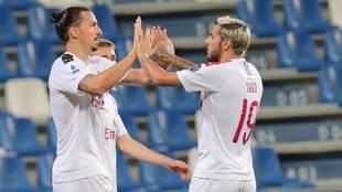 Zlatan Ibrahimovic y Theo Hernández celebran un gol del Milan