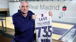 Pablo Laso posa con una camiseta conmemorativa de los 735 partidos con...