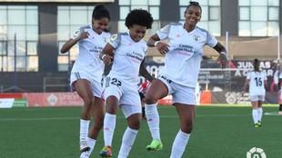 Laís, Valeria y Geyse, jugadoras del Madrid CFF, bailan celebrando el...