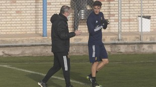 Alejandro Francés charla con JIM en un entrenamiento.