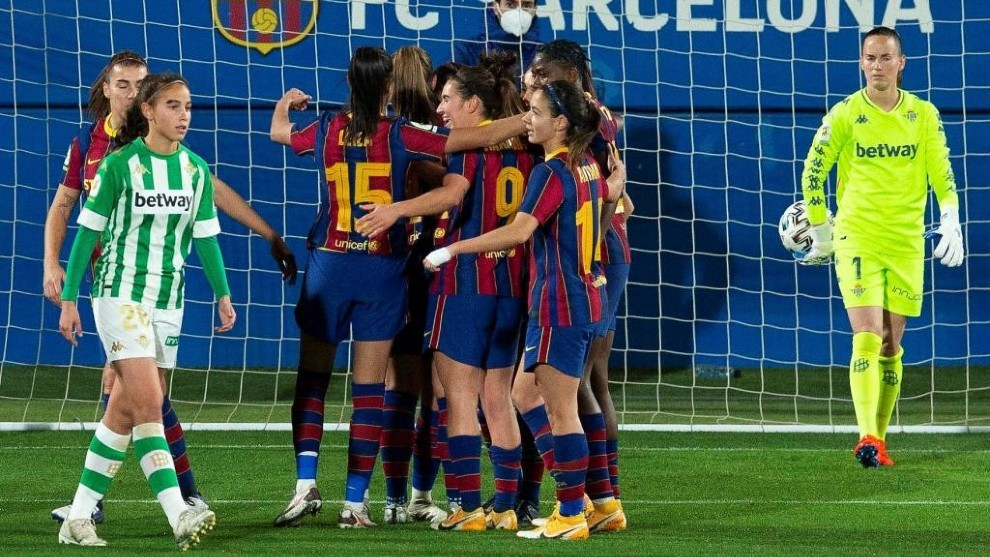 Las jugadoras del Barcelona celebran un gol ante el Betis.