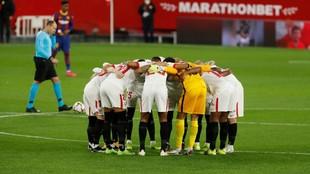 Piña de los jugadores del Sevilla antes de arrancar el partido.