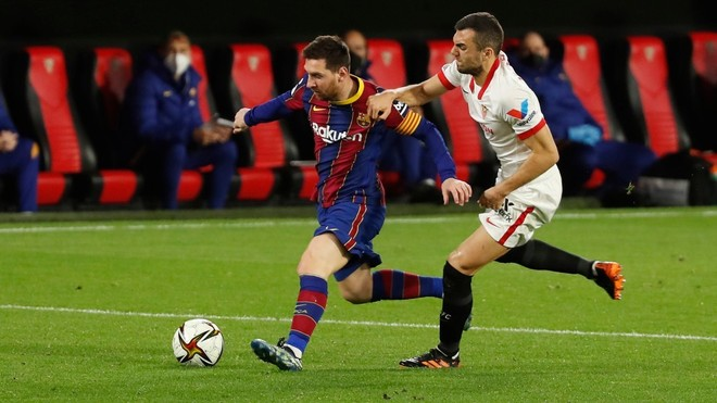 Jordán trata de frenar a Messi en el Sánchez-Pizjuán.