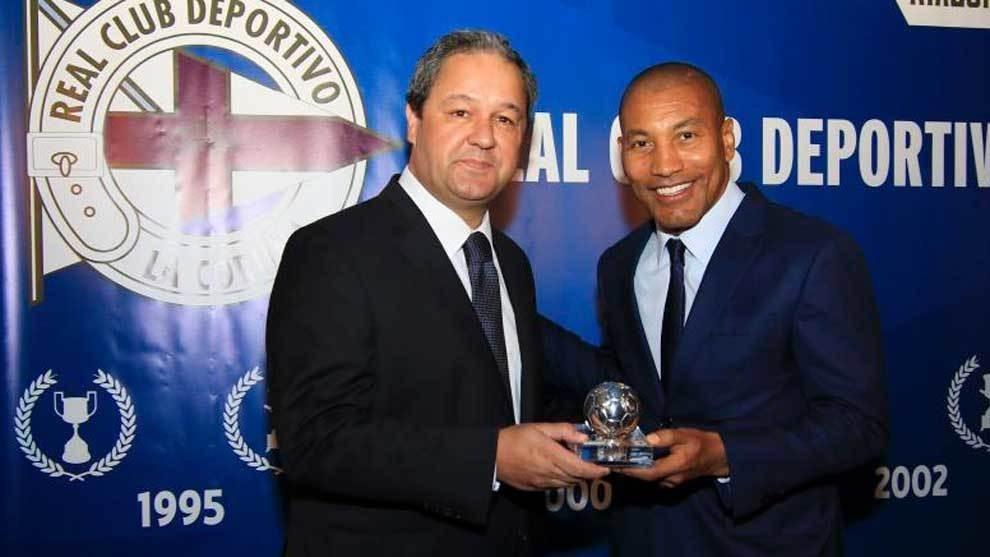 Mauro Silva y el ex presidente Tino Fernández en el antepalco de Riazor