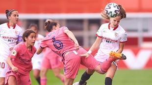 Aurelie Kaci y Carla Armengol pujan por un balón durante el partido...