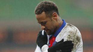 Neymar en lamento tras su lesión con el PSG.