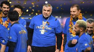 Cosmin Olaroiu sonríe en el podio tras haber conquistado el título...