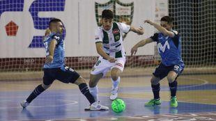 Cecilio y Borja tratan de robarle la pelota a Lucas Perin.