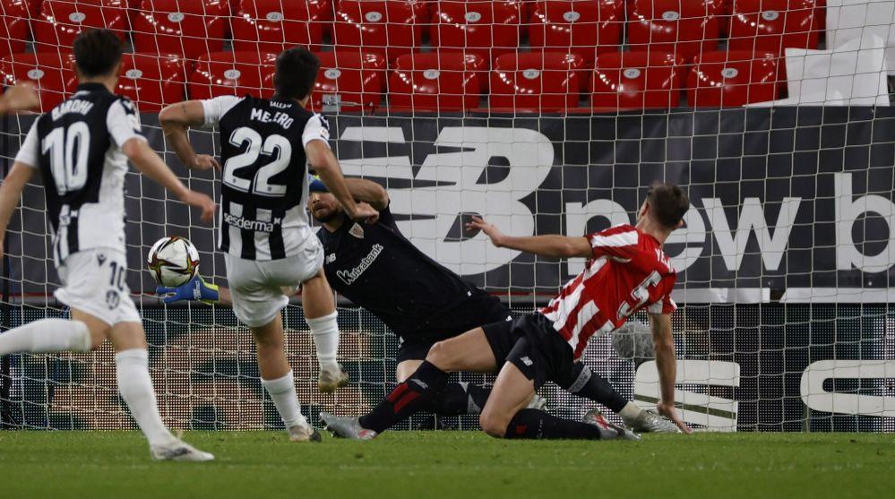 Melero bate a Unai Simón para hacer el 0-1.