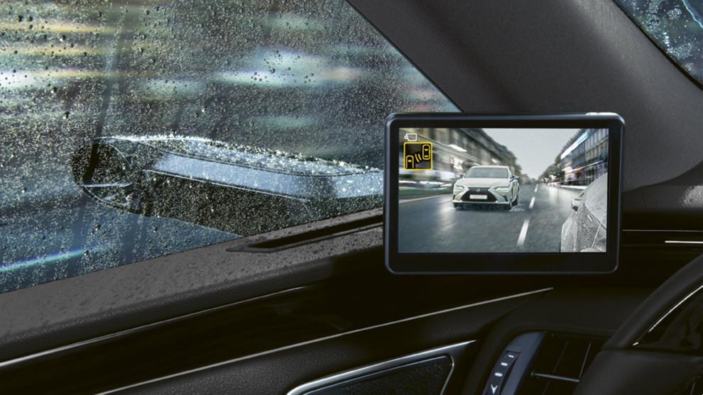 Los retrovisores digitales de Lexus mejoran la visibilidad con lluvia.