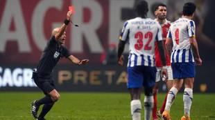 Luis Godinho muestra la cartulina roja al jugador del Oporto Matheus...