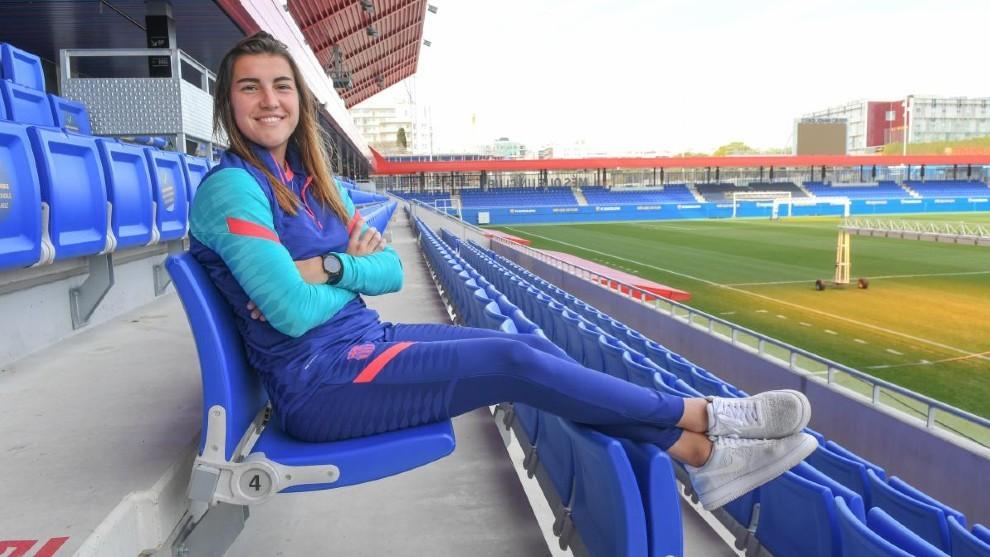 Patri Guijarro, jugadora del Barcelona, en las gradas del estadio...