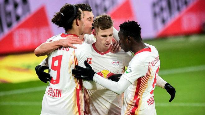 Dani Olmo celebra su gol con sus compañeros.